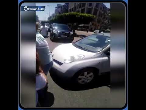 أب لبناني يصرخ في أحد شوارع طرابلس احتجاجا على عدم وجود الدواء لابنته المريضة