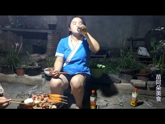 苗大姐自家小院烧烤吃,喝着酒吃着肉,还没吃完就醉了