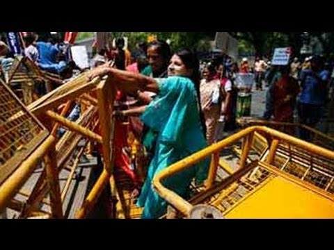 Delhi child rape case: protestors try to storm barricades to reach parliament