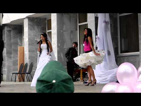 Платье из бумаги в стиле Леди-Гага.  - DIY Стиль - Guidecentral