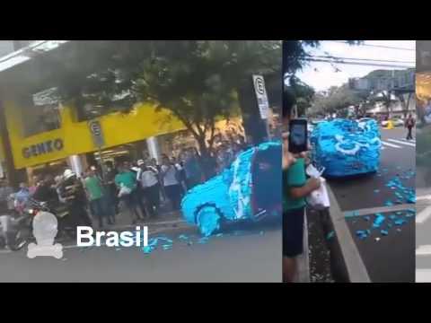 Carro mal estacionado es recibe su merecido en Brasil
