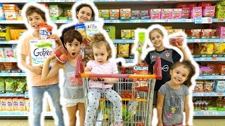 LETTING THE KIDS CHOOSE SNACK FOOD!🍴 SHOPPING WITH 6 KIDS!😱  #25 VLOG