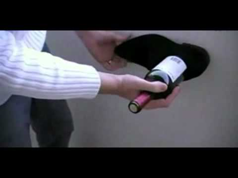 Video  Dùng giầy mở nắp chai rượu   Phi thường   kỳ quặc