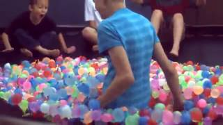 Приколы дети 1500 шариков с водой на батуте SlowMo всем смотреть оязательно