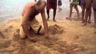 Helvécio Lemos Mota fazendo esculturas na areia ao vivo em Praia Grande Fundão ES
