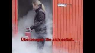 Feuer löschen mit Pulver+Schaumfeuerlöscher im Innenbereich