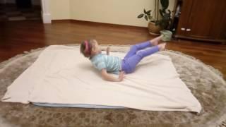 Тренировка дома,маленькая гимнастка.