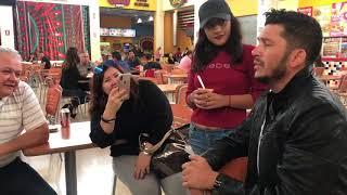 El Flaco de Los Recoditos se pone a cantar a fans en una plaza en Hermosillo