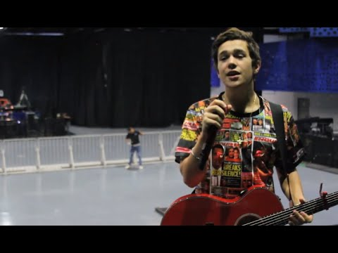 Austin sings Shadow en Español en Mexico