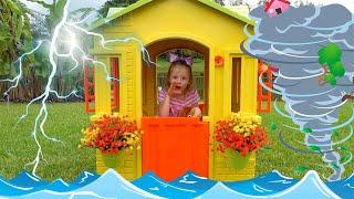 Nastya와 아빠는 물 장난감으로 야외 게임을하고 새로운 놀이 집을 짓습니다.