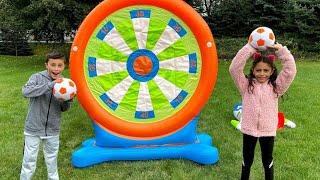 Heidi e Zidane brincam com brinquedos infláveis outdoor