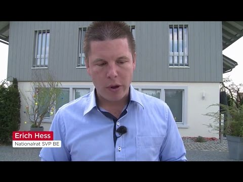 Erich Hess isst Wurst
