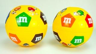 Куча игрушек в футбольных шарах