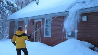 видео Уборка снега с крыш: очистка крыш