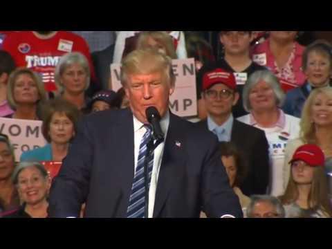Donald Trump mitingde prompterı söküp attı