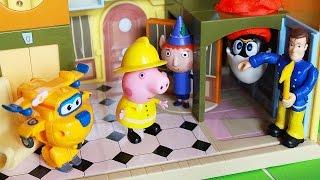 Calimero incastrato a testa in giù, Peppa Pig e Sam il Pompiere lo aiutano [Storia per Bambini]