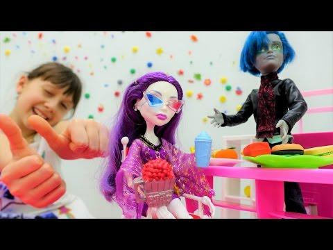Видео для детей и игры для девочек: #МонстрХай Спектра в кино на 3D фильме