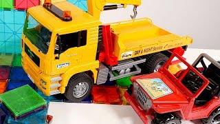 TROCAS de juguete 🚚 ¡Construir un GARAJE para los CAMIONES! Vídeos de juguetes para niños