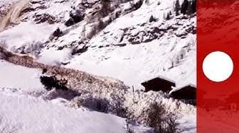 Effrayant : une avalanche déboule de la montagne, engloutit la route et manque de peu des maisons