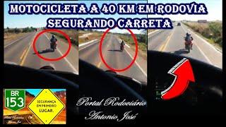 Motocicleta a 40 KM em rodovia segurando carreta