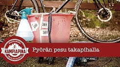 Pyörän pesu kerrostalon takapihalla