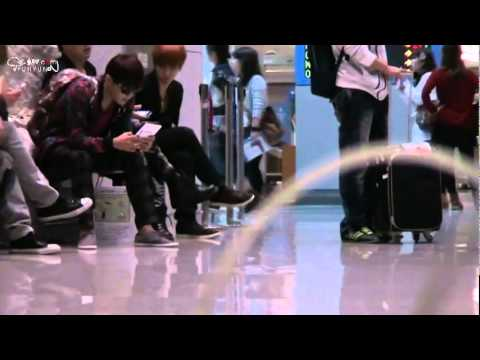 [110926] Super Junior Siblings (Pose + Phone) @Beijing Airport