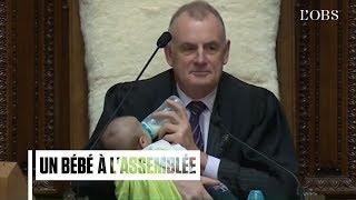 En Nouvelle-Zélande, le président du Parlement donne le biberon à un bébé