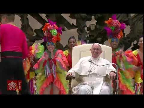 El Papa participa en un espectáculo de malabares en el Vaticano