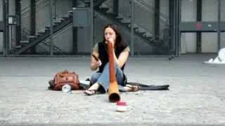 Didgeridoo in front of  Pompidou - Paris