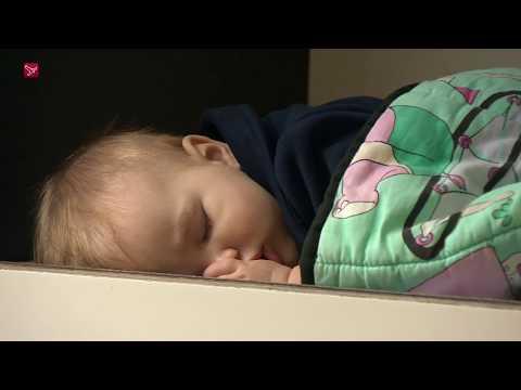 Baby's slapen buiten in 'konijnenhok'