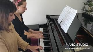 Jacqueline e Zoe tocam Blue Scales a 4 mãos - Piano Studio