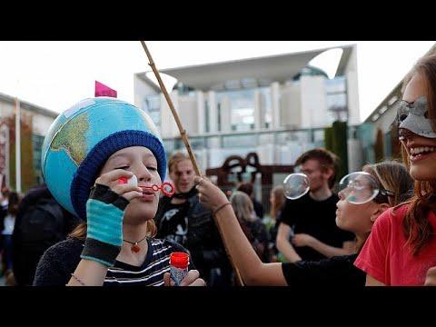 شاهد: محتجون يتظاهرون وسط فرانكفورت لأجل مكافحة ظاهرة تغير المناخ…  - 13:54-2019 / 9 / 14