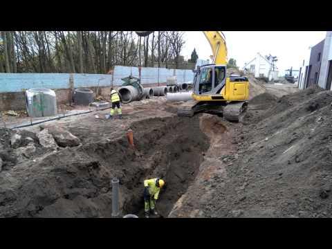 Kobelco 235 laying concrete pipe