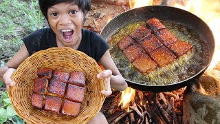 Primitive Technology - Awesome cooking pork belly in forest Part 01