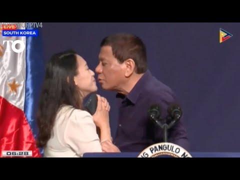 El presidente de Filipinas Rodrigo Duterte obliga a una mujer a darle un beso