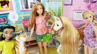 Barbie Cuida a los Animales Enfermos de Rapunzel y Jasmin -  Episodio de muñecas con Juguetes Titi