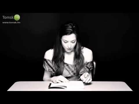 Девушка читает книгу на вибраторе