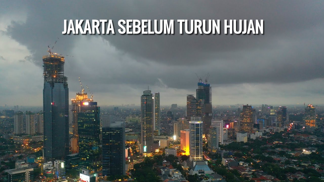 Jakarta Sebelum Turun Hujan Deras Malam Hari, Awan Tebal Membumbung diatas Langit Jakarta