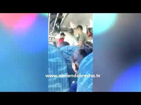 Mira como asaltan a pasajeros de autobús en La Ceiba