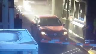 Mirá el momento en el que un camión aplasta a un auto en un peaje de la Panamericana