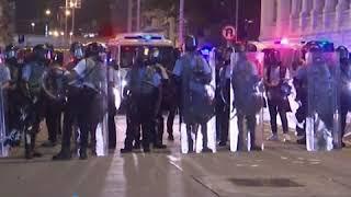 示威者用激光照射深水埗警署 与警方对峙