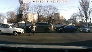 Сбили девушку. Одесса. ДТП(Сбили пешехода на Овидиопольской дороге, возле селекционного университета. Одесса. 4 декабря 2013 г. Врачи..., 2013-12-09T09:37:00.000Z)