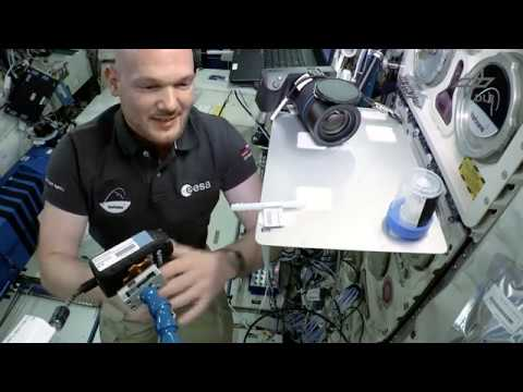 Alexander Gerst: Wassertropfen im Orbit (Flying Classroom 2 by DLR_next)