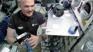 Alexander Gerst: Wassertropfen im Orbit (Flying Classroom 2 by DLR_next)