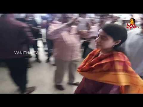జగన్ ని చూడటానికి వచ్చిన భారతి | Ys Jagan Airport Incident | Vanitha News