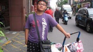 劉偉傑專業賣水果 身障男孩日走20多公里 想讀輔大