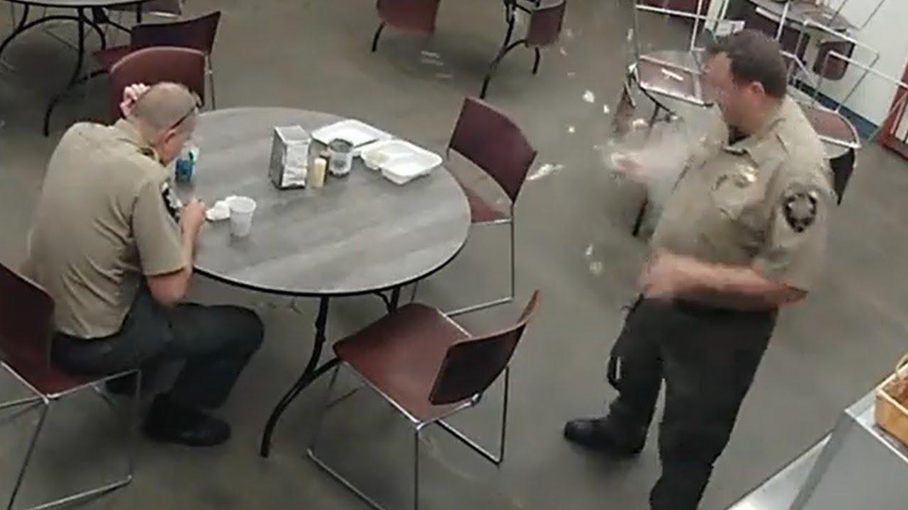 انفجار بيضة في يد شرطي بعد سلقها في الميكرويف...فيديو - Sputnik Arabic