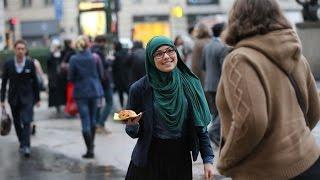 """رد فعل المارة بالسويد على فتاة محجبة تحمل لافتة """"أنا مسلمة"""""""