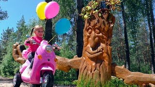 Julia ride on pink bike and rescue colorful balloons