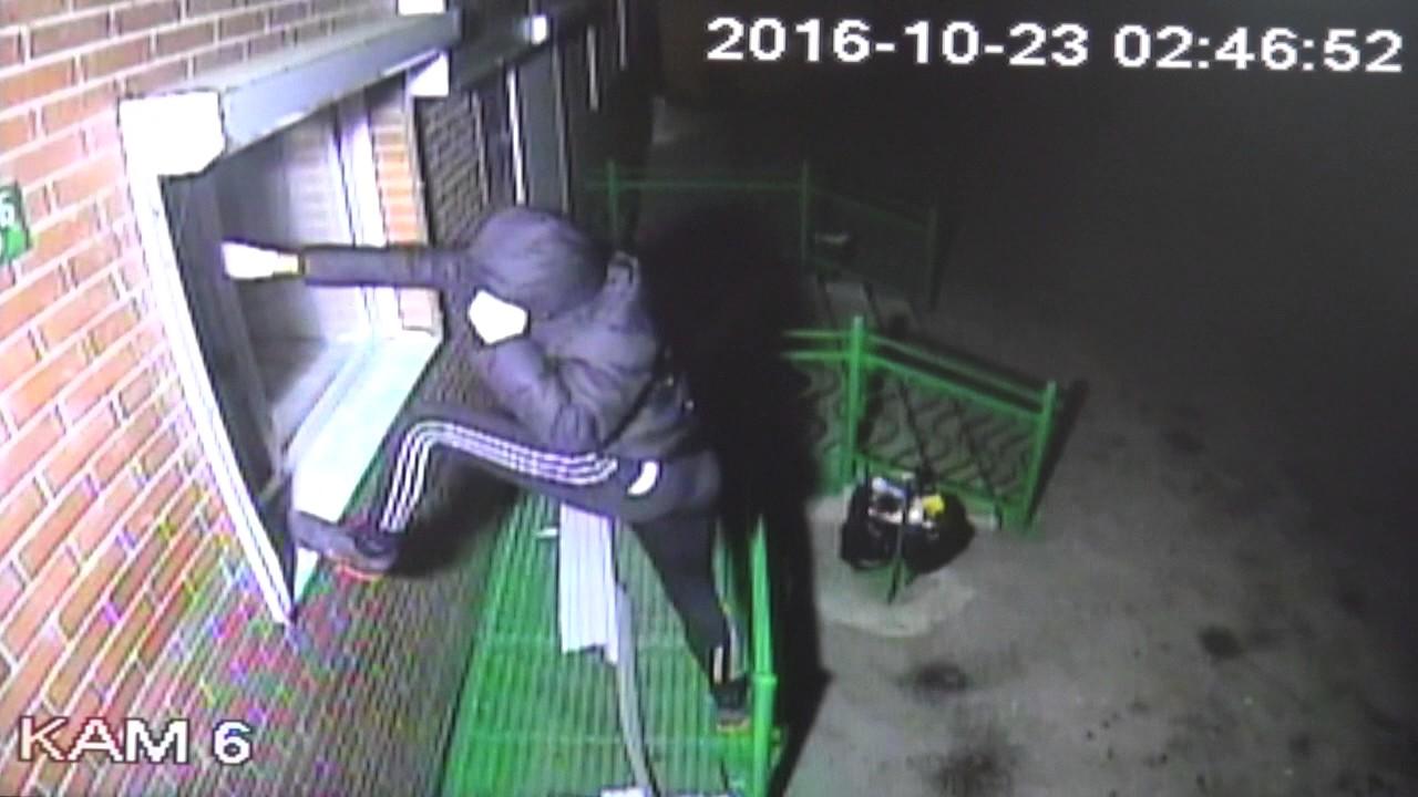 Камеры наблюдения – кража со взломом в магазине Искитима